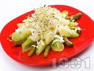 Рецепта Салата с праз, бейби краставички и сирене